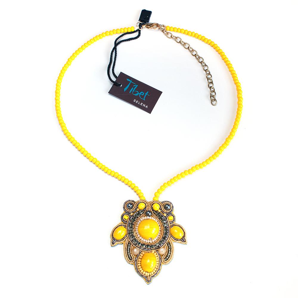 Колье женское Selena, цвет: желтый. 1010671110106711Бисер, ювелирная смола, кристаллы Preciosa, искусственный жемчуг, изнанка-натуральная замша, латунь. Гальваническое покрытие: золото., длина колье регулируется 43-51 см размер кулона 6*5.5 см