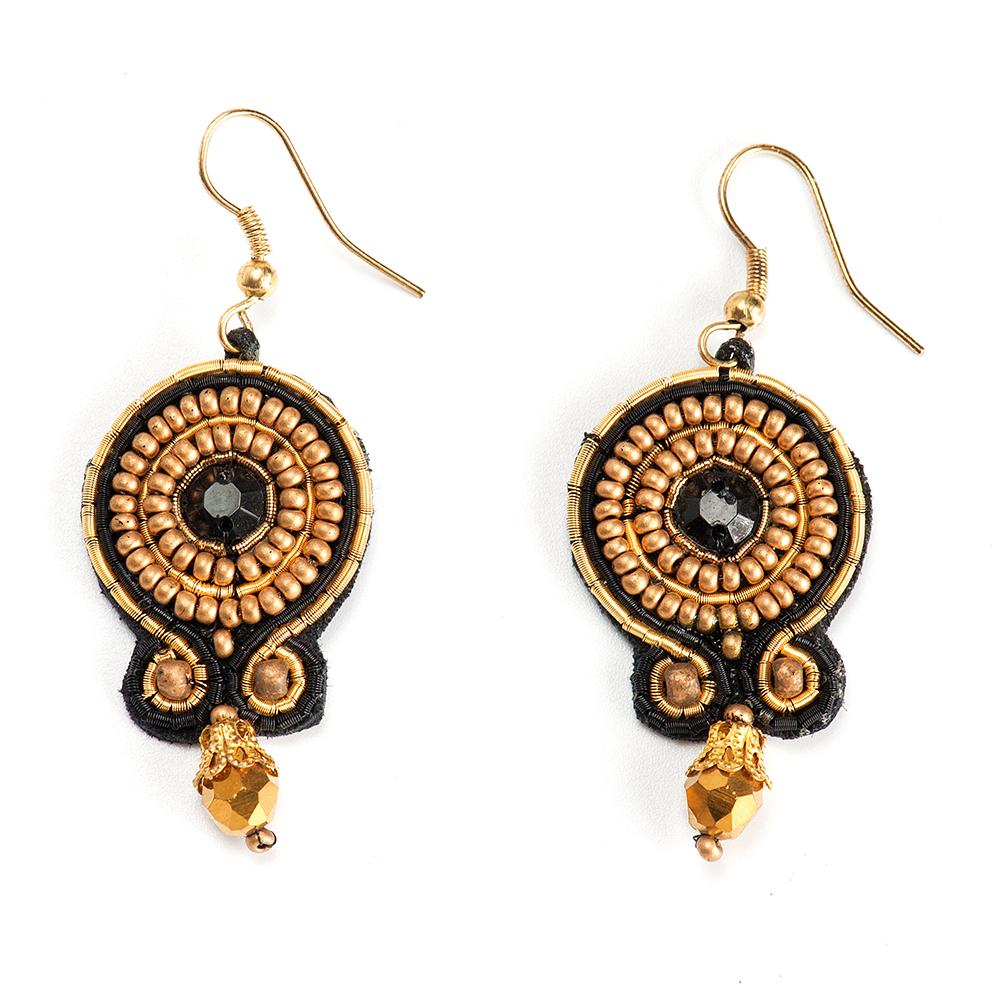 Серьги женские Selena, цвет: золотистый, черный. 2009501020095010Бисер, кристаллы Preciosa, изнанка-натуральная замша, латунь. Гальваническое покрытие: золото., длина серег с учетом швенз 5.5 см ширина 2.3 см