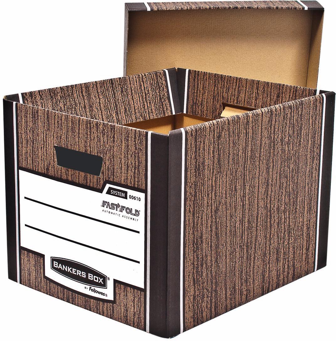 Fellowes Bankers Box Woodgrain архивный коробFS-00610Архивный короб с крышкой Bankers BoxTM Woodgrain FS-00610 – суперпрочный короб универсального назначения, выдерживающий вес до 35 кг. Обеспечивает компактное хранение документов и эргономичную организацию рабочего пространства, а также удобен в быту для хранения детских игрушек, сезонных вещей. Усиленная конструкция стенок и основания короба из гофрокартона. Мгновенная сборка за счет технологии FastFold.