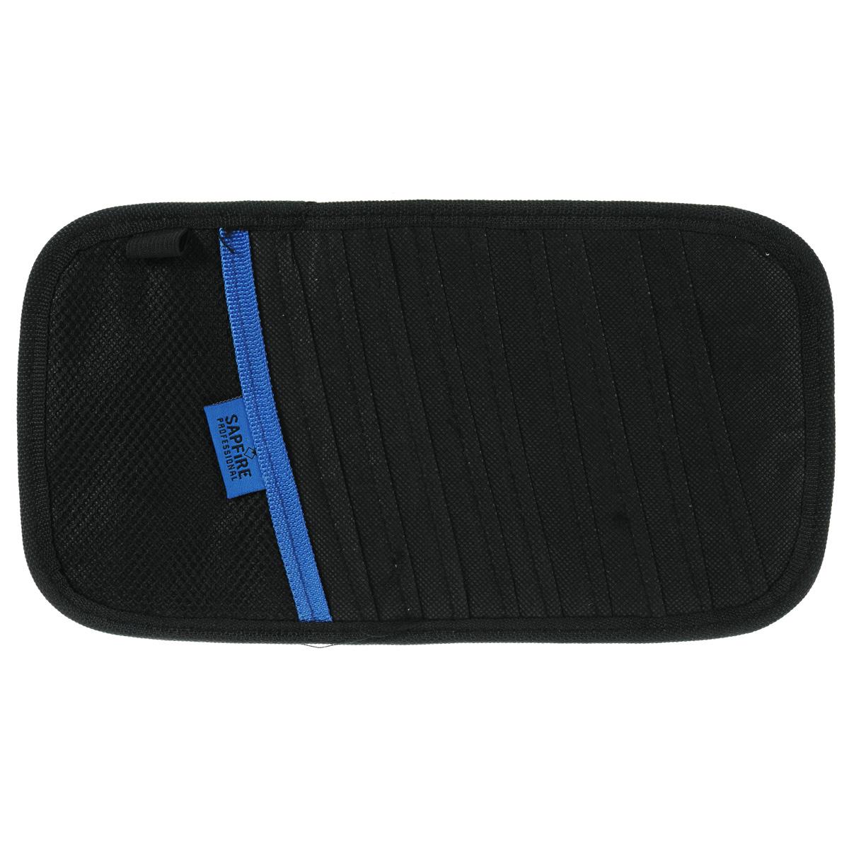 Карман для дисков на козырек Sapfire, 10 дисков96515412Карман Sapfire вмещает 10 дисков. Удобное и функциональное хранение. Мягкий материал не повреждает диски. Дополнительный карман позволяет хранить перед глазами разнообразные мелочи. Состав: нетканый материал, полиэстер.