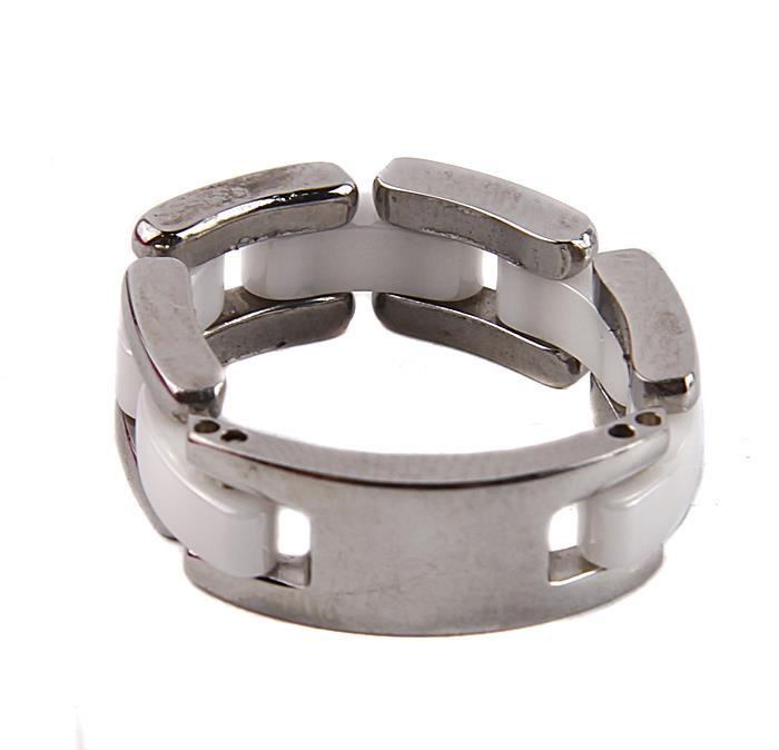 Кольцо Vogue Blanc. Керамический сплав, металлКоктейльное кольцоКольцо Vogue Blanc. Керамический сплав, металл. Южная Корея, начало XXI века. Размер 8. Сохранность превосходная. Изящное украшение состоит из бижутерного сплава с керамическими вставками белого цвета. Это стильное дизайнерское кольцо станет изысканным украшением для романтичной и творческой натуры и гармонично дополнит Ваш наряд, станет завершающим штрихом в создании модного образа.