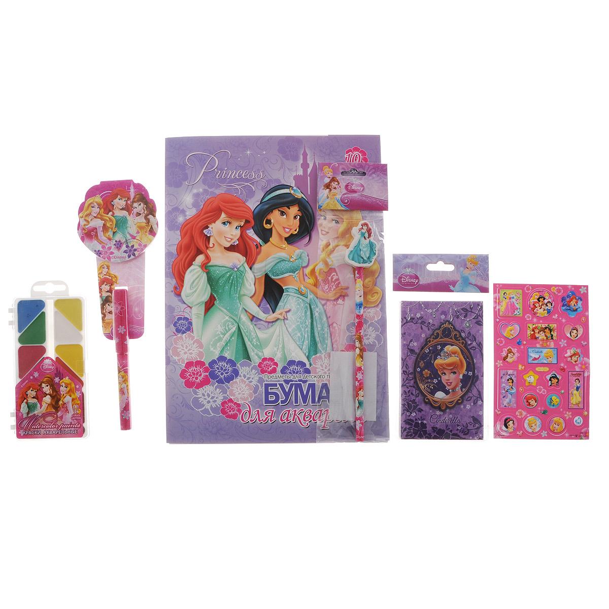 Подарочный канцелярский набор Disney Princess. PRСZ-US1-AZ15-BOX272523WDКанцелярский набор Disney Princess станет незаменимым атрибутом в учебе любой школьницы.Он включает в себя 10 листов бумаги для акварели, чернографитный карандаш с ластиком, телефонную книжку, лист с объемными стикерами, акварельные краски в футляре (12 цветов), небольшой блокнотик и ручку. Все предметы набора оформлены изображениями диснеевских принцесс. Упакован набор в картонную подарочную упаковку. УВАЖАЕМЫЕ КЛИЕНТЫ! Обращаем ваше внимание на возможные изменения в дизайне предметов набора, связанные с ассортиментом продукции. Поставка осуществляется в зависимости от наличия на складе.