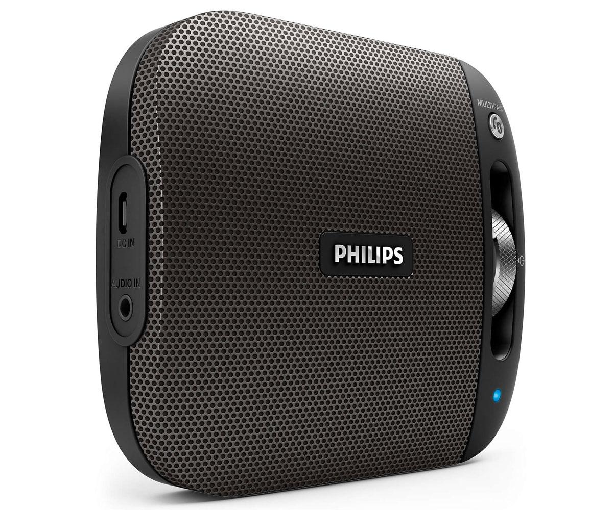 Philips BT2600B/00, Black портативная акустическая система0L-00029226Philips BT2600B/00 - это отличный звук, заключенный в компактном и стильном корпусе - удобствоиспользования в любом месте. Алюминиевая отделка подчеркивает высокое качество изделия, а функцияBluetooth Multipair позволяет мгновенно передавать музыку между двумя устройствами.Bluetooth - надежная и энергоэффективная технология беспроводной связи малого радиуса действия, котораяпозволяет с легкостью подключать iPod/iPhone/iPad и другие Bluetooth-устройства, например смартфоны,планшетные компьютеры и ноутбуки. Теперь вы сможете без проводов воспроизводить на этой акустическойсистеме любимую музыку и звук во время игр или просмотра видео. Функция антиклиппинга позволит вам даже при низком заряде батареи слушать музыку высокого качества налюбой громкости. Она позволяет работать с входными сигналами от 300 мВ до 1000 мВ и воспроизводить звукбез искажений. АС оснащены специальным микрочипом для антиклиппинга. Это дает возможностьвоспроизводить музыкальный сигнал так, как он проходит через усилитель, и сохранять пиковые значения впределах диапазона усилителя. При этом устраняются искажения звука, вызванные ограничениями, безвлияния на громкость. При низком уровне заряда батареи снижается возможность воспроизводить пиковыезначения в музыке, но функция антиклиппинга снижает сами пиковые значения при разряде батареи. Слушайте музыку так громко, как вы хотите, в любое время и в любом месте. Никаких спутанных проводов,никаких розеток. Только наслаждение отличным качеством любимой музыки - благодаря встроенномуаккумулятору и свободе движений. Выполняйте сопряжение одновременно с двумя смарт-устройствами и выбирайте любое из них для передачимузыки, без необходимости выполнения повторного сопряжения. Чтобы включить композицию на другомустройстве, приостановите воспроизведение на первом устройстве и включите его на втором. Благодаря встроенному микрофону эту АС можно использовать в качестве спикерфона. При поступлени