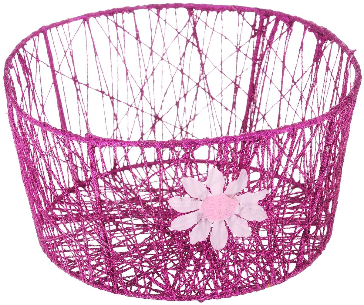 Корзина декоративная Home Queen Сияние, цвет: фиолетовый, диаметр 18 см94672Декоративная корзинка Home Queen Сияние прекрасно подойдет для хранения пасхальных яиц, а также различных мелочей. Корзинка имеет металлический каркас, обтянутый нитями из полиэстера. Блестки придают изделию особый праздничный вид. Сбоку корзинка декорирована аппликацией в виде цветочка.Такая корзинка украсит интерьер дома к Пасхе, внесет частичку тепла и веселья в ваш дом.
