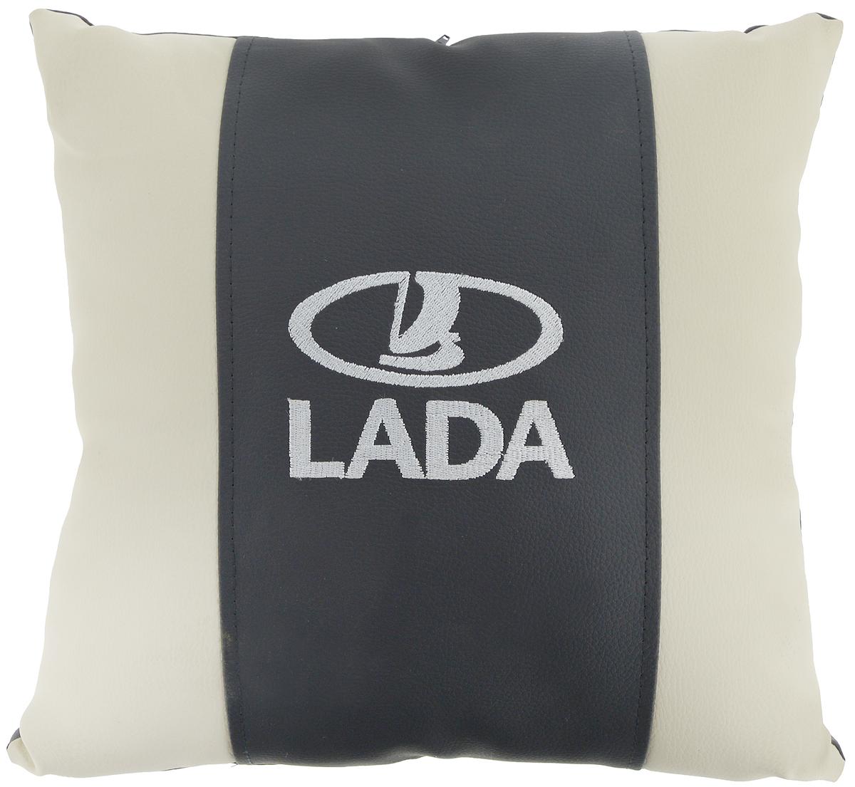 Подушка на сиденье Autoparts Lada, 30 х 30 смVT-1520(SR)Подушка на сиденье Autoparts Lada создана для тех, кто весьсвой день вынужден проводить за рулем. Чехол выполнен из высококачественной дышащей экокожи. Наполнителем служит холлофайбер. На задней части подушки имеется змейка. Особенности подушки: - Хорошо проветривается. - Предупреждает потение. - Поддерживает комфортную температуру. - Обминается по форме тела. - Улучшает кровообращение. - Исключает затечные явления. - Предупреждает развитие заболеваний, связанных с сидячим образом жизни. Подушка также будет полезна и дома - при работе за компьютером, школьникам - при выполнении домашних работ, да и в любимом кресле перед телевизором.