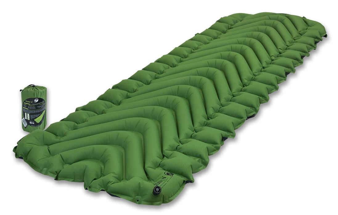 Надувной коврик Klymit Static V pad Green, цвет: зеленыйTRI-013Самый популярный туристический коврик с инновационным V- анатомическим дизайном, с функцией сохранения тепла для лучшей поддержки и максимального комфорта. Экономит время и энергию за счет быстрой системы наддува. Идеален для любого путешествия (для использования на земле, в палатке). Технология body mapping (комфорт за счет учета ключевых точек давления тела на коврик). Динамические боковые направляющие. -Материал – полиэстер 75D -Надувается за 10-15 выдохов -Коэффициент теплоизоляции – 1.3 (до +2°С); 3 сезона -Размер - 183 см x 59 см (толщина - 6.5 см); в сложенном виде - 7.62 см x 20.3 см (как бутылка воды) -Вес – 514 гр. -В комплекте – коврик, набор для ремонта (патч и клей), чехол - Цвет - Зеленый