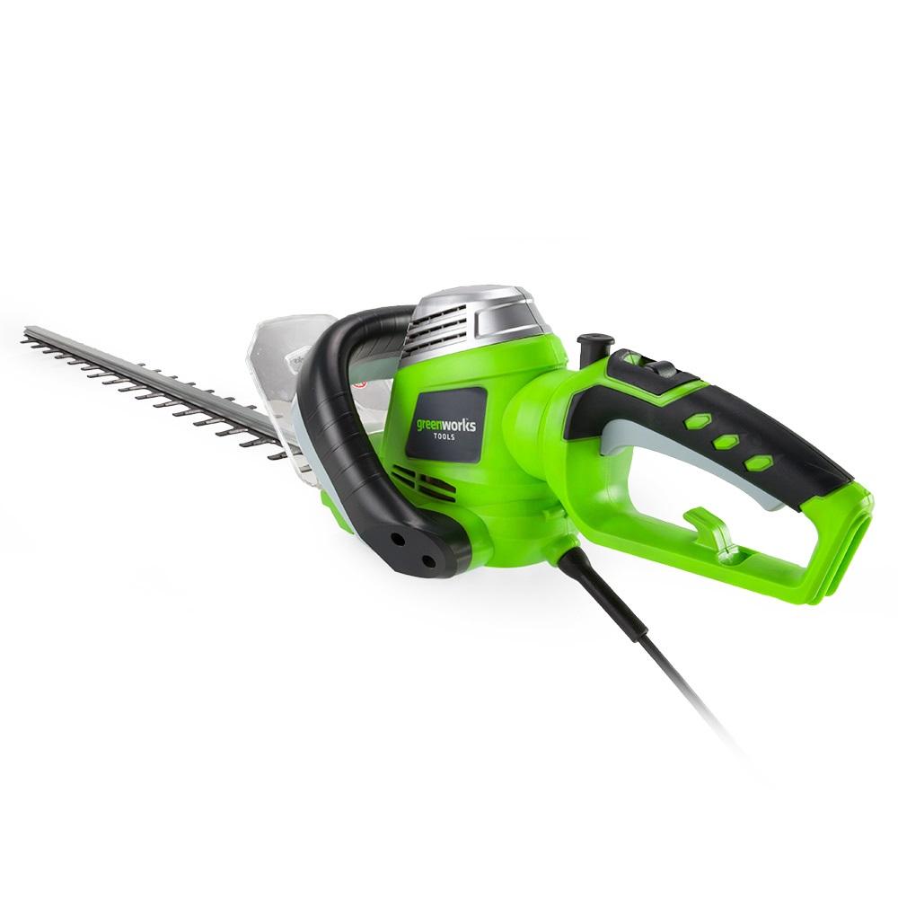 Кусторез электрический Greenworks GHT7068, 700 Вт, 68 смF0150739RAКусторез электрический Greenworks GHT7068 - это надежный инструмент для ухода за живыми изгородями, садовыми деревьями и кустами. Малый вес и удобная прорезиненная ручка позволяют удобно и легко работать без усталости. Для безопасной работы устройство оснащено предохранителем от случайного включения и щитком для защиты рук.Преимущества модели:- Работа от сети 220 В.- Не требует времени для подготовки к работе, включение нажатием одной кнопки.- Двусторонняя режущая часть (68 см).- Прорезиненная ручка.- Малый вес.- Предохранитель от случайного включения и щиток для защиты рук.Технические характеристики:Двигатель: щеточный.Мощность: 700 Вт.Длина полотна: 68 см.Скорость, без нагрузки: 3200 об/мин.Ширина среза: 3,2 см.Вес: 3,5 кг.Угол вращения рукояти: 180°.Остановка лезвий: менее 1 секунды.