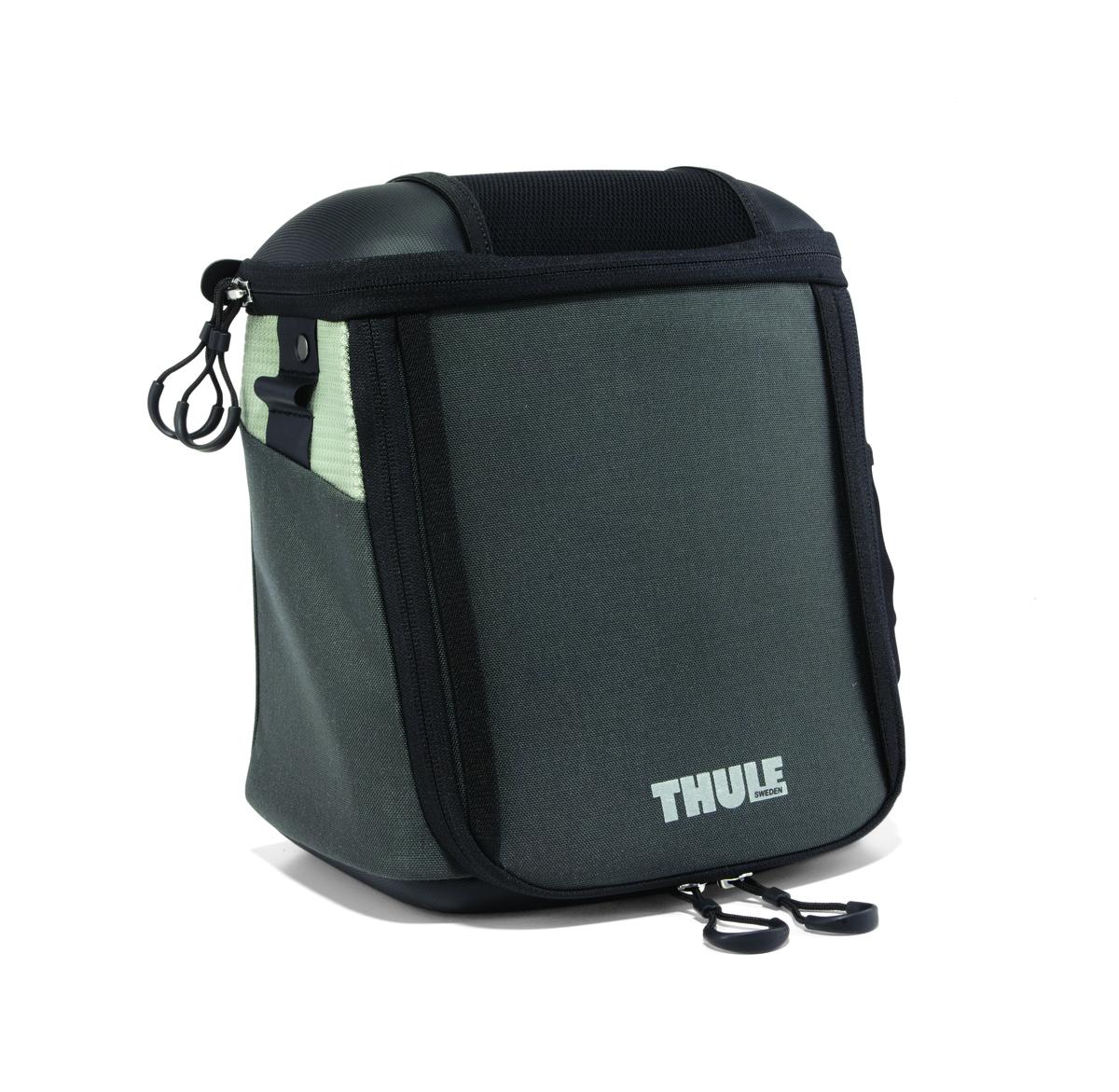 Велосумка на руль Thule Pack n Pedal Handlebar Bag, для камеры, цвет: темно-серый, 6,5 лCRL-3BLУникальный аэродинамический дизайн идеально подходит для размещения камеры или продуктов питания, которые вы захотите иметь под рукой во время езды на велосипеде.Два отверстия для легкого доступа к содержимому как при езде, так и при использовании отдельно от велосипеда.Легкая установка и снятие с размещаемой на руле системы Thule Pack 'n Pedal Handlebar Attachment.Водонепроницаемый и дышащий материал.Накидка от дождя в комплекте.Участки из светоотражающей ткани улучшают заметность велосипеда в ночное время.Ремень для ношения через плечо в комплекте.