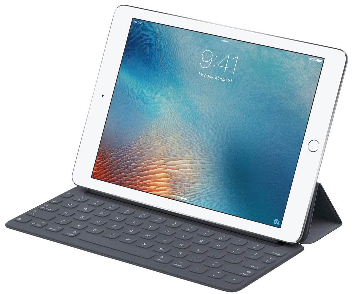 Apple Smart Keyboard чехол-клавиатура для iPad Pro 12,9, Grey31300700100Для многих клавиатура остаётся наиболее удобным способом набирать текст и выполнять другие задачи.Клавиатура Smart Keyboard создана с применением передовых технологий, благодаря которым нет необходимости впереключателях, проводах и даже в создании пары с iPad. Это идеальное сочетание функциональности ипортативности.Когда вам понадобится клавиатура, просто откройте Smart Keyboard. А когда дела будут сделаны, сложите её, и онапревратится в лёгкую и элегантную обложку. Прочная конструкция позволит выдержать нагрузки повседневногоиспользования. В том числе ваши муки творчества.iOS прекрасно работает с клавиатурой Smart Keyboard и позволяет iPad Pro использовать множество полезныхфункций QuickType.Выделяйте жирным шрифтом, курсивом, подчёркиванием, копируйте и вставляйте текст или изображения — всегопарой касаний. Панель частых команд можно также настроить для сторонних приложений, чтобы всегда иметьнужные инструменты под рукой.Интерфейс Smart Connector обеспечивает питание и двустороннюю передачу данных между клавиатурой SmartKeyboard и iPad Pro. Вам не понадобятся батарейки и блок питания. Просто подключите Smart Keyboard и работайте.А при отсоединении снова появится экранная клавиатура.Чтобы использовать все преимущества Smart Connector, разработчики создали уникальный проводящий материал,обеспечивающий двусторонний обмен данными и питание. Он расположен между верхним слоем из прочногополиуретана и нижним из мягкого микроволокна. Такого вы больше нигде не встретите.В отличие от обычных клавиатур между клавишами Smart Keyboard нет промежутков, в которые могут попастькрошки еды или кофе. Форма клавиш точно вырезается лазером в цельном полотне специальной прочной ткани.Она обеспечивает пружинное натяжение клавиш, что позволяет отказаться от традиционных механизмов. Аспециальное покрытие защищает клавиатуру от загрязнений и жидкости.