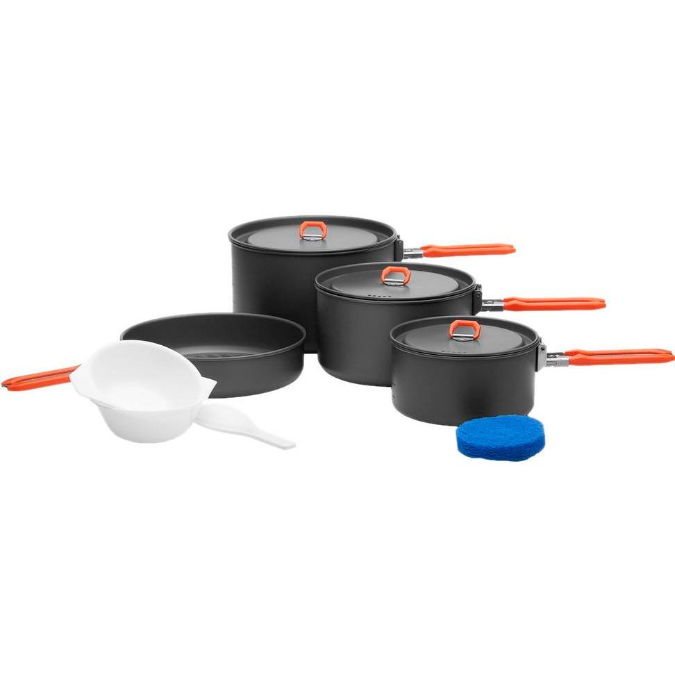 Набор походной посуды Fire-Maple Feast 5, цвет: металлик, оранжевый, 8 предметов201-1000Для решения всех проблем с походной кухней возьмите с собой набор портативной посуды Fire-Maple Feast 5. Он прекрасно подойдет для приготовления еды на большую семью или компанию друзей. Вы также можете использовать составляющие набора по отдельности в зависимости от вашего похода. При том, что набор очень компактен и легок, решена главная задача - это удобство в эксплуатации. Новая полноценная ручка с фиксатором позволяет удобно держать посуду при готовке, а при нажатии кнопки фиксатора позволяет сложить ручку и собрать набор в компактный вид для экономии пространства при хранении и транспортировки. Ручка выполнена из приятного на ощупь теплоизолирующего материала. В набор входят:- 3 котелка, - сковорода, - 2 пластиковые миски,- губка для мытья посуды, - лопатка. Набор поставляется с сетчатым нейлоновым мешочком для транспортировки и хранения. Объемы котелков: 2,7 л; 1,7 л; 1 л.Размер большого котелка: 18,8 см х 11,8 см.Размер среднего котелка: 16,8 см х 9,8 см.Размер маленького котелка: 14,6 см х 7,5 см.Объем сковороды: 1 л.Размер сковороды: 19,4 см х 4,5 см.