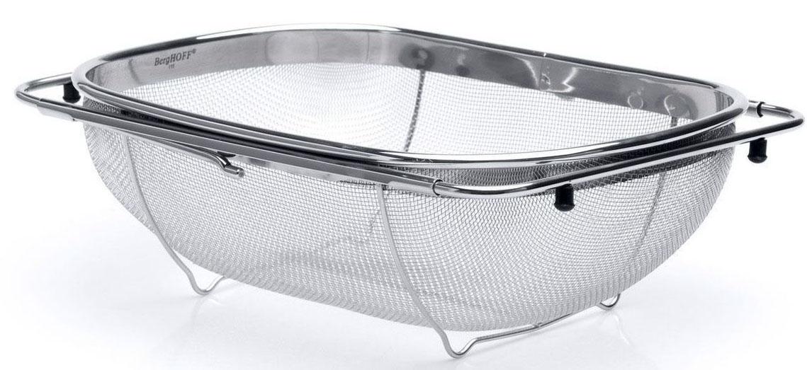 Дуршлаг BergHOFF Studio, с раздвижной рамой, 34 х 23,5 см115510Дуршлаг для слива и мытья самых мелкихпродуктов: даже рис не проскочит через него.Раздвижные ручки помогают зафиксировать этотдуршлаг на большинстве раковин, что делает егоотличным инструментом для использованиянепосредственно под проточной водой. Можно такжесливать приготовленную пищу сохраняя обе рукисвободными. Резиновые насадки на раздвигаемыхручках предотвращают скольжение. Дно с подставкойнепосредственно под дуршлагом предлагает большуюстабильность и приподнимает его, когда он расположенна поверхности. Изготовлен из сверхпрочнойнержавеющей стали для длительного использования насамых оживленных кухнях. Подходит дляпосудомоечной машины.Овальный дуршлаг BergHOFF Studio, выполненный извысококачественной нержавеющей стали, станетполезным приобретением для вашей кухни. В отличиеот большинства дуршлагов, которые зачастую создаютнекоторые неудобства в эксплуатации, данная модельобладает рядом преимуществ. Специальная раздвижнаярама позволяет зафиксировать дуршлаг на раковине, арезиновые ножки позволяют надежно установитьдуршлаг на поверхности стола. Он идеально подходитдля мытья и обсушивания салатов, зелени, овощейи фруктов, даже рис не проскочит через него. Размер дуршлага (без учета раздвижной рамы): 34 х23,5 х 10,5 см. Максимальная ширина раздвижной рамы: 55 см.