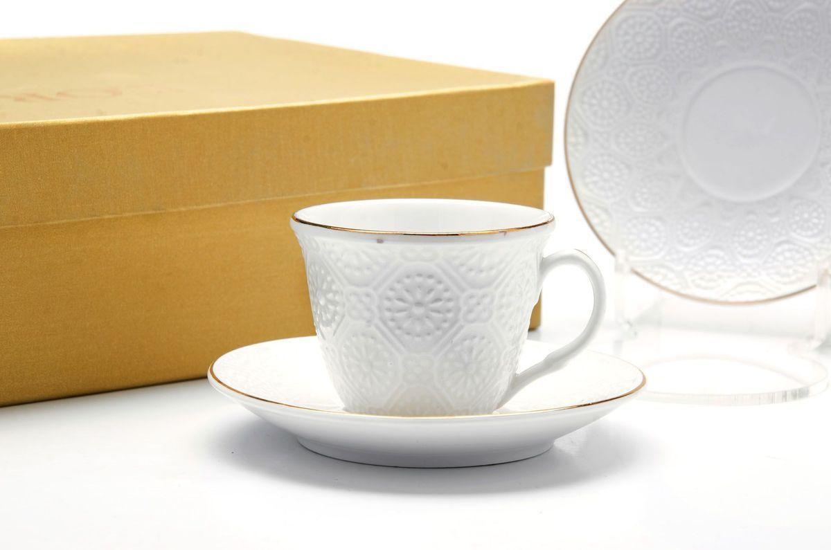 Кофейный сервиз Loraine, 80 мл, подарочная упаковка. 26501115610Кофейный набор на 6 персон Loraine выполнен из высококачественного костяного фарфора - материала безопасного для здоровья и надолго сохраняющего тепло напитка.Несмотря на свою внешнюю хрупкость, каждый из предметов набора обладает высокой прочностью и надежностью. Элегантный классический дизайн с тонкой золотой каймой делает этот кофейный набор прекрасным украшением любого стола. Набор аккуратно упакован в подарочную упаковку, поэтому его можно преподнести в качестве оригинального и практичного подарка для своих родных и самых близких. В наборе: 6 кофейных чашек, 6 блюдец. Подходит для мытья в посудомоечной машине.