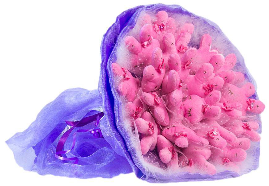 Букет из игрушек Toy Bouquet Зайчата, цвет: фиолетовый, 25 игрушекKT415EВосхитительный букет из 25 милых зайчиков с закрытыми глазками розового цвета, букет сиреневого цвета упакован в мягкую струящуюся органзу с добавлением флористической сетки, декорирован пышным воздушным боа по краю букета и перевязан широкой атласной лентой с добавлением серебристой парчовой тесьмы. Мягкие игрушки, оформленные в букет – приятный подарок для любимой, для мамы, подруги или для ребенка. Оригинальные букеты торговой марки TOY BOUQUET из мягких игрушек прекрасно подойдут для многих праздников: День Святого Валентина, 8 марта, день рождения, выпускной, а также на другие памятные даты или годовщины.