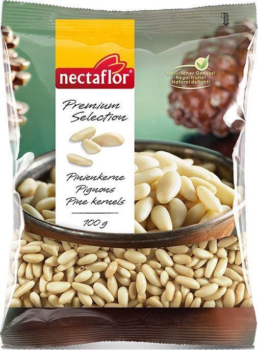 Кедровые орехи отлично подходят для тех, кто придерживается  низкохолестериновой диеты из-за высокого содержания ненасыщенных жирных  кислот. Богаты энергией, а также такими компонентами, как растительный белок и  витамины. Кедровые орехи используются в средиземноморской кухне как в  сыром, так и в обжаренном виде для добавления в салаты, овощи и соус песто.  Также подходят для выпечки, фруктовых салатов и десертов.