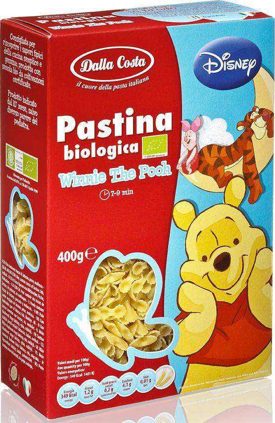 """Фигурные макаронные изделия """"Винни-Пух Bio"""" изготовлены по мотивам мультфильмов Disney из высококачественной пшеницы твердых сортов и ключевой воды. Великолепны с оригинальными соусами в сочетании с оливками, с артишоками и каперсами, а также в качестве ингредиента для приготовления теплых салатов. Варить в кипящей воде 7-9 минут. Семья Далла Коста бережно хранит традиции производства итальянской пасты, эдакий любовный союз, который призван удовлетворять вкусам ценителей в разных уголках света. Для того чтобы расширить ассортимент и донести ценность превосходного продукта до потребителя, """"Dalla Costa"""" запустила линии трехцветной и ароматизированной пасты, в секторе производства которых компания является лидером на сегодняшний день. Постоянное стремление к более высокому качеству находит отражение в новых вкусах, богатом ассортименте, разнообразии форматов и создании новых продуктов. Компания стремится к лидерству на национальном и международном уровнях в секторе производства особой, ароматизированной и трехцветной пасты, продолжая отличаться высоким качеством продукции, широтой ее гаммы и гибкостью в возможности отвечать требованиям различных рынков."""