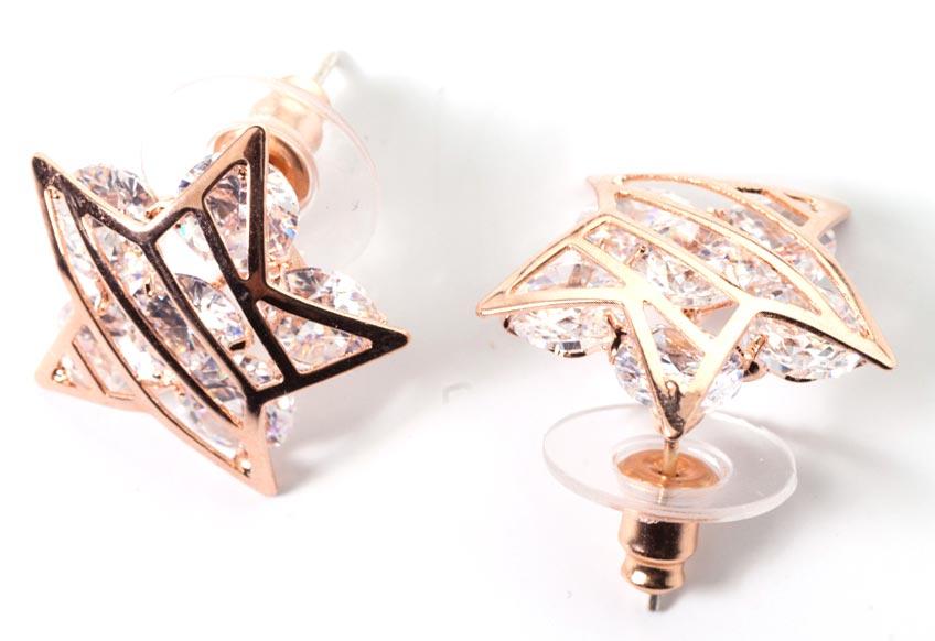 Серьги женские Bradex Звездочки, цвет: золотой. AS 0123Серьги с подвескамиСерьги «Звездочки» - это оригинальная форма в классическом исполнении. Украшение выполнено в форме решётчатых морских звезд, покрытых восемнадцатикаратным розовым золотом, между которых заманчиво сверкают полудрагоценные камни - цирконы.