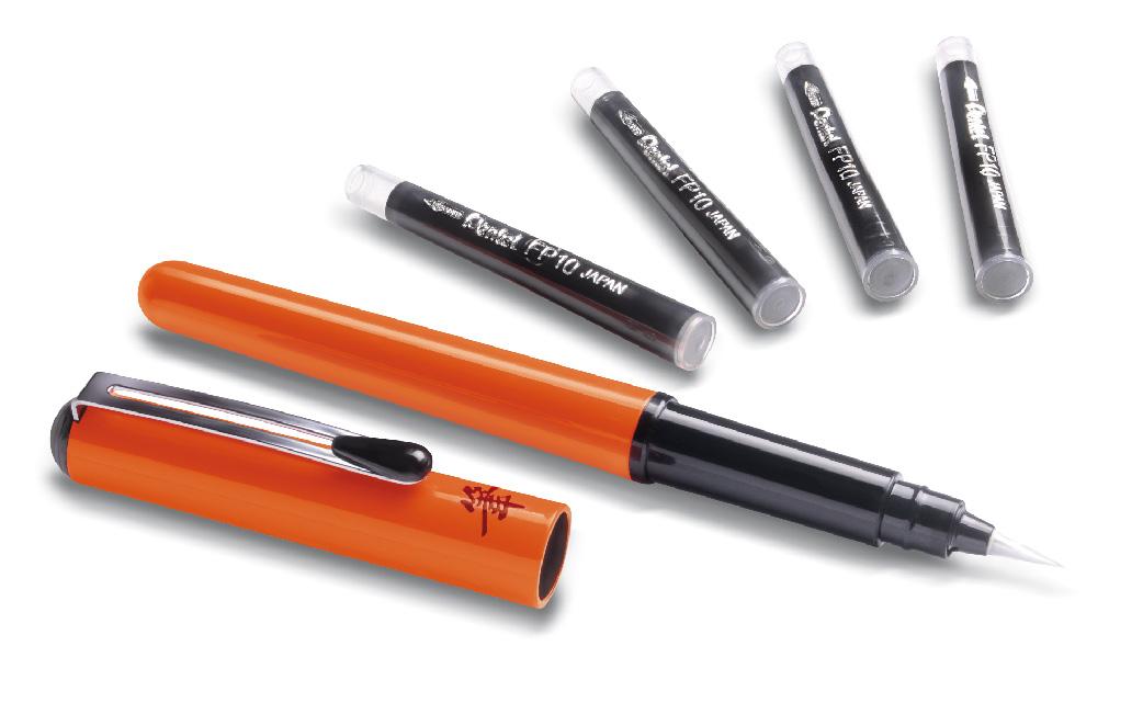 Pentel Ручка-кисть для каллиграфии Brush Pen цвет корпуса оранжевый + 4 картриджа72523WDРучка-кисть Pocket Brush Pen в оранжевом корпусе для каллиграфии и быстрого рисунка. Первоклассный инструмент для художника! Нарядный лаковый корпус мягкого оранжевого цвета, оформленный японским иероглифом. Защитный колпачок с металлическим клипом. Яркие черные пигментные чернила. Долговечная нейлоновая кисть позволяет создавать любые по толщине линии. Кисть поставляется в комплекте с 4-мя запасными картриджами.