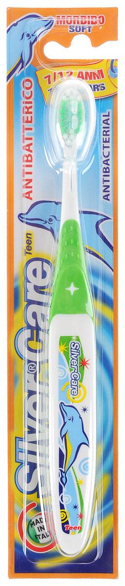 Silver Care Зубная щетка Teen, мягкая, от 7 до 12 лет, цвет: зеленый28420_красныйДетская зубная щетка Silver Care Teen имеет анатомическую форму ручки для формированияправильных навыков чистки зубов. Поверхность чистящей головки покрыта серебром для надежной защиты отбактерий. Каждая щетинка тщательно закруглена для бережного очищения зубов и массажа десен. Защитный футляробеспечивает гигиеническую чистоту во время путешествий.Серебро с древних времен используется как дезинфицирующее средство, поэтому компания Silver Care выбралаименно этот способ дополнительной защиты зубных щеток. Серебро убивает бактерии внутри полости рта иобеспечивает надежную защиту от кариеса. Зубная щетка Silver Care обеспечивает легкий массаж во время чистки.Щетина щетки очень мягкая, что обеспечивает наиболеекомфортную чистку зубов и не причиняет беспокойства ребенку.