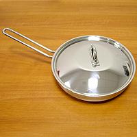 Сковорода НАУТИЛУС, 26 см94672Каждая хозяйка оценит хорошую кухонную посуду, если еда с помощью нее готовится быстро и вкусно, а уход за ней минимален! Представляем сковороду НАУТИЛУС, которая имеет удобное инкапсулированное термическое дно Impact Disc Plus, которое было разработано для эффективной работы на индукционных, газовых, керамических плитах. Специальный материал сковороды позволяет лучше распределять тепло от плиты, значительно снижая потребление энергии и время готовки. Гарантия сковородки - 25 лет при правильной эксплуатации. Инструкция по эксплуатации прилагается. Португальская фабрикаSilampos была основана 1951, и уже более полувека выпускает кухонную посуду, используя последние достижения в области производства, привлекая лучших специалистов и дизайнеров. Посуда Silampos является лауреатом многочисленных Португальскихи Европейских конкурсов и по праву сохраняет лидирующие позиции на рынке кухонной посуды.Для ресторанов и отелей фабрикой была разработана специальная серия GRANDHOTEL. Посуда изготовлена из нержавеющей стали - это хорошо зарекомендовавший себя сплав хрома и никеля 18/10 и оснащена специальным алюминиевым диском - Impact Disk, разработанным с применением передовойтехнологии соединения диска с дном сковороды и защитной оболочкой из нержавеющей стали под высоким давлением. Использование алюминиевого жарораспределяющего дискапозволяет значительно сократить время приготовления пищи, а ресторану сэкономить самое дорогое - время клиента!Кухонная посуда Silampos удобна в применении и отличается современным дизайном. Сквозной профиль ручек позволяет более уверено держать посуду и переносить ее без прихваток. Посуду Silampos можно использовать на любой из существующих газовых и электрических плит, а также ее можно мыть в посудомоечных машинах.Компания Silampos, заботясь о своих покупателях, разработала и изготовила крышки таким образом, что они в процессе приготовления пищи плотно прилегают к верхней кромке изделия, а ручки при этом не нагреваются