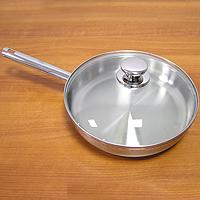 Сковорода РОЯЛ, 26 смFS-91909Поистинне королевская сковорода! Внешняя и внутренняя части сковороды - стальные. Сковорода имеет удобную крышку из термостекла, которая позволяет контролировать степень готовности пищи не открывая крышки. Компания Silampos, заботясь о своих покупателях, разработала и изготовила крышки таким образом, что они в процессе приготовления пищи плотно прилегают к верхней кромке изделия, а ручки при этом не нагреваются и остаются холодными. А сквозной профиль ручек самой сковороды позволяет более уверено держать посуду и переносить ее без прихваток. Но самое главное достоинство сковороды РОЯЛ - это термическое дно Impact Disc Plus, которое было разработано для эффективной работы на индукционных, газовых, керамических плитах. Специальный материал сковороды позволяет лучше распределять тепло от плиты, значительно снижая потребление энергии и время готовки. Гарантия сковородки - 25 лет при правильной эксплуатации. Инструкция по эксплуатации прилагается. Португальская фабрикаSilampos была основана 1951, и уже более полувека выпускает кухонную посуду, используя последние достижения в области производства, привлекая лучших специалистов и дизайнеров. Посуда Silampos является лауреатом многочисленных Португальскихи Европейских конкурсов и по праву сохраняет лидирующие позиции на рынке кухонной посуды.Для ресторанов и отелей фабрикой была разработана специальная серия GRANDHOTEL. Посуда изготовлена из нержавеющей стали - это хорошо зарекомендовавший себя сплав хрома и никеля 18/10 и оснащена специальным алюминиевым диском - Impact Disk, разработанным с применением передовойтехнологии соединения диска с дном сковороды и защитной оболочкой из нержавеющей стали под высоким давлением. Использование алюминиевого жарораспределяющего дискапозволяет значительно сократить время приготовления пищи, а ресторану сэкономить самое дорогое - время клиента!Мы уверены, что посуда Silampos станет вашим хорошим помощником на кухне и не будет доставлять Вам много хлопот!!! 