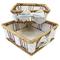 Набор корзинок для хлеба Modern Living, 2 шт1900510Набор корзинок для хлеба Modern Living изготовлен из лозы. Корзинки не требует особенного ухода: нужно всего-навсего регулярно смахивать пыль мягкой щеткой и раз в год предотвращать появление трещин, путем смачивания плетения водой с помощью губки. Для того, чтобы крошки не просыпались, на дно и боковые стенки корзинок приклеплена хлопчато-бумажная ткань. Корзинки очень практичны и легки, что очень удобно при уборке. В холодный зимний день приятная цветовая гамма корзинки в сочетании с оригинальным дизайном навевают воспоминания о лете, тем самым способствуя улучшению настроения и полноценному отдыху. Характеристики: Материал: лоза, хлопок. Размеры корзинок: 20 см х 20 см х 8 см, 17 см х 17 см х 8 см Изготовитель: Великобритания. Артикул: 1900510.
