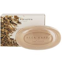Растительное мыло Acca Kappa Сандаловое дерево, 150 г853323Растительное мыло Сандаловое дерево деликатно очищает кожу. Идеально подходит для всех типов кожи. Растительные компоненты получены из кокосового масла и сахарного тростника, прекрасно очищают и увлажняют кожу. Экстракты мелиссы лимонной, омелы, ромашки, тысячелистника и хмеля известны своими противовоспалительными свойствами и превосходно дополняют формулу. Так же мыло обогащено аллантоином растительного происхождения, которое обладает заживляющими свойствами и способствует регенерации клеток. Характеристики: Вес: 150 г. Производитель: Италия. Товар сертифицирован.