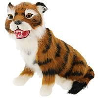Тигр сидящий. T2020k-OT2020k-OТигр - самый крупный зверь из семейства кошачьих и один из крупнейших хищников. Сидящий тигр дополнит интерьер вашей комнаты и послужит отличным подарком. Пластиковая фигурка обтянута натуральным мехом. Мех обработан специальным раствором, который предотвращает появление в мехе моли и служит прекрасным антиаллергенным средством. Характеристики: Материал: пластик, мех козы. Длина: 17,5 см. Производитель: США. Артикул: T2020k-O.