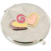 Зеркало косметическое Два сердца98-0563AИзящное двустороннее зеркальце Два сердца серебристого цвета станет идеальным подарком представительнице прекрасного пола, ведь даже самая маленькая дамская сумочка обязательно вместит в себя миниатюрное зеркальце - атрибут каждой модницы. Круглый корпус зеркала выполнен из высококачественной стали с зеркальной поверхностью и оформлен декоративным тиснением, объемными сердцами и хрустальными стразами. Под корпусом расположены два зеркальца - обычное и увеличивающее. В комплект входит специальный чехол из искусственной замши для хранения зеркальца, а упаковано оно в фирменную подарочную коробку нежного розового цвета. Характеристики: Диаметр корпуса зеркала: 6,5 см. Материал: сталь, эмаль, хрусталь, текстиль. Размер упаковки: 11 см x 12,5 см x 3 см. Производитель: Франция. Изготовитель: Китай. Артикул: 98-0563A. Изысканные сувениры Jardin dEte отличаются одновременно эстетической красотой и функциональностью и создают неповторимое...
