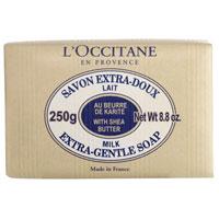 Мыло LOccitane Молоко, 250 г1092018Туалетное мыло LOccitane Молоко великолепно подходит для ежедневного использования. Содержит 100%-ую натуральную основу, обогащен маслом Карите.Подходит для всей семьи. Характеристики: Вес: 250 г. Производитель: Франция. Артикул:000212.Loccitane (Л окситан) - натуральная косметика с юга Франции, основатель которой Оливье Боссан. Название Loccitane происходит от названия старинной провинции - Окситании. Это также подчеркивает идею кампании - сочетании традиций и компонентов из Средиземноморья в средствах по уходу за кожей и для дома. LOccitane использует для производства косметических средств натуральные продукты: лаванду, оливки, тростниковый сахар, мед, миндаль, экстракты винограда и белого чая, эфирные масла розы, апельсина, морская соль также идет в дело. Специалисты компании с особой тщательностью отбирают сырье. Учитывается множество факторов, от места и условий выращивания сырья до времени и технологии сборки. Товар сертифицирован.