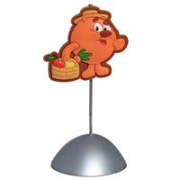 Фотоклип Копатыч с фруктамиFL-MEM-07Держатель для фотографии, выполненный в виде зажима и украшенный рельефной фигуркой Копатыча, станет оригинальным аксессуаром на вашем столе. Этот забавный сувенир может стать отличным подарком как для ребенка, так и для взрослого. Копатыч станет отличным товарищем для вашего ребенка. Он - неутомимый огородник. Это он выращивает самую сладкую морковку для Кроша и вкуснейшую вишню для пирогов Кар-Карыча. Экспериментатор и любитель генной инженерии. Добродушный, отзывчивый и целеустремленный. Единственное, что может рассердить этого добрейшего медведя - наглые сорняки, которые постоянно норовят забраться в его сад! Но Смешарики всегда готовы прийти на выручку к старому другу. Характеристики: Общая высота фотоклипа: 10 см. Размер фигурки: 5 см х 4,5 см. Материал: ПВХ, пластик, металл. Размер упаковки: 5 см х 12 см х 5 см. Изготовитель: Тайвань.