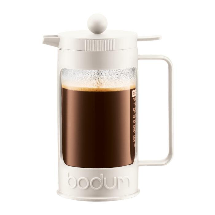 Кофейник Bodum Bean с прессом, цвет: белый, 1 л. 11376-91311376-913Кофейник Bodum Bean изготовлен из боросиликатного стекла и красочную пластиковой оправы, которая эффективно защищает стекло. Кофейник оснащен фильтром french press из нержавеющей стали. Содержимое кофейника невозможно пролить, даже если его опрокинуть, так как кофейник снабжен силиконовой прокладкой между крышкой и стеклом. Налить кофе в чашку можно, нажав рычаг на кофейнике. В комплект входит мерная ложечка из пластика. Современный дизайн полностью соответствует последним модным тенденциям в создании предметов бытовой техники. Настоящим ценителям натурального кофе широко известны основные и наиболее часто применяемые способы его приготовления: эспрессо, по-турецки, гейзерный. Однако существует принципиально иной способ, известный как french press, благодаря которому приготовление ароматного напитка стало гораздо проще. Ограничения: Не использовать в микроволновой печи Не использовать на индукционной плите Не...