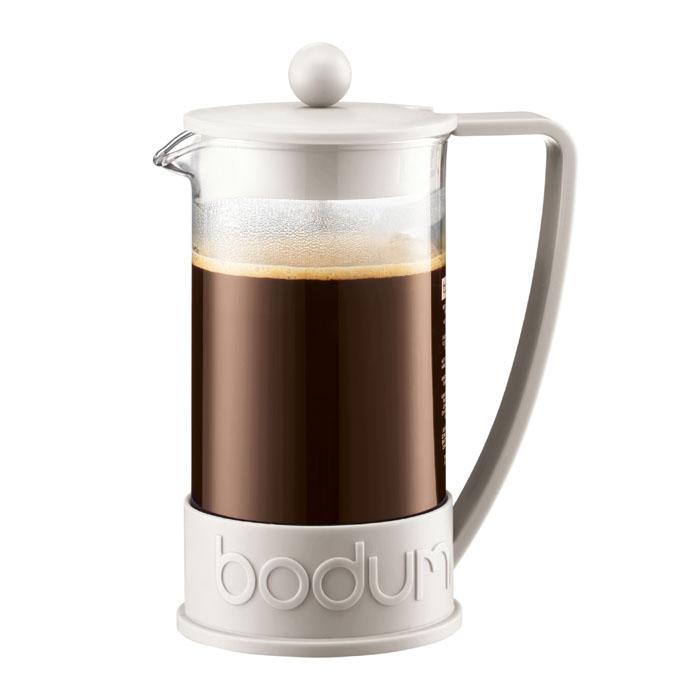 Кофейник Bodum Brazil с прессом, цвет: белый, 1 л10938-913Кофейник Brazil с пластиковым каркасом и стеклянной колбой, который во всем мире ассоциируется с методом френч-пресс, а значит и с отлично приготовленным кофе, займет достойное место на вашей кухне. Современный дизайн полностью соответствует последним модным тенденциям в создании предметов бытовой техники. В комплект с кофейником входит мерная ложечка. Настоящим ценителям натурального кофе широко известны основные и наиболее часто применяемые способы его приготовления: эспрессо, по-турецки, гейзерный. Однако существует принципиально иной способ, известный как french press, благодаря которому приготовление ароматного напитка стало гораздо проще. Метод french press прост: в теплый кофейник насыпают кофе среднего помола и заливают горячей водой. После того, как напиток настоится 3-5 минут, гущу отделяют поршнем с сеткой - и кофе готов! Эксперты считают, что такой способ позволяет получить максимально ароматный и нежный кофе - ведь он не перегревается, не...