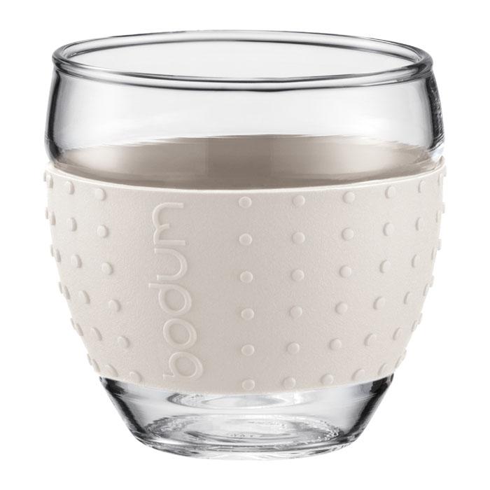 Набор бокалов Bodum Pavina 2 шт, 0,35л, цвет: белый 11185-913VT-1520(SR)Стаканы с силиконовым ободком «Pavina» от «Bodum» – очень приятны на ощупь. Силиконовый ободок стакана защищает вашу руку от чрезмерно высокой температуры напитка и ваш стакан от того, чтобы он не выскользнул из ваших рук.Боросиликатное стекло прослужит вам долгое время и оно не потускнеет даже после многократного мытья в посудомоечной машине. Можно мыть в посудомоечной машине.Ограничения: Можно использовать в микроволновой печи.Можно ставить в морозильную камеру.Не использовать на индукционной плите.Не является жаропрочной посудой.Характеристики: Материал: стекло, силикон. Объем стакана: 0,35 л. Диаметр основания стакана: 5 см. Диаметр стакана по верхнему краю: 8 см. Высота стакана: 9 см. Размер упаковки: 20 см х 10,5 см х 10,5 см. Изготовитель: Швейцария. Артикул: 11185-913.