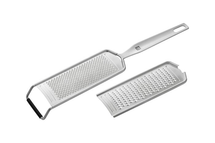 Терка двойная Twin Prof37823-000Двойная терка Prof изготовлена из высококачественной нержавеющей стали. Терка имеет две сменные поверхности: крупную и мелкую. Предназначена для измельчения твердых продуктов, таких как твердые сорта сыра, шоколад. Характеристики: Материал: нержавеющая сталь. Длина терки: 30 см. Ширина рабочей поверхности: 6 см. Производитель: Германия. Изготовитель: Китай. Артикул: 37823-000. Немецкая компания Zwilling J. A. Henckels была основана в 1731 году. При производстве своей продукции компания на протяжении многих лет использует инновационные технологии. В настоящее время компания Zwilling J. A. Henckels является эталоном высокого немецкого качества, долговечности и практичности, чем заслужили признание во всем мире.