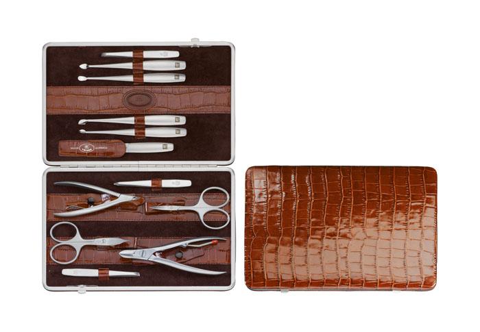 Zwilling Маникюрный набор TWINOX, цвет: коричневый, отделка крокодил, 12 предметов97053-007Инструменты изготовлены из высококачественной нержавеющей стали. Футляр из кожи. Комплектность:2 кусачек, 2 ножниц, 3 пинцета, пилка, 4 маникюрных инструмента. Инструменты предохранять от падения на пол. Время от времени смазывать чистым маслом область соединения, винт, внутреннюю часть и режущие кромки кусачек и ножниц. Использовать только по назначению! Затачивать инструменты у специалиста. Хранить в недоступном для детей месте. Изготовитель: Цвиллинг Джей.Эй. Хенкельс АГ, Грюневальдер Штр., 14-22 Д-42657 Золинген, Германия (Zwilling J.A. Henckels AG, Grunewalder Str.14-22 D-42657 Solingen Germany)