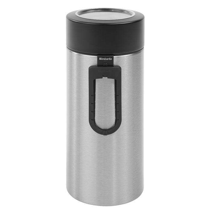 Банка для продуктов Brabantia 2,2 л, с ложкой 423666423666Высокий цилиндрический контейнер вместимостью 2,2 литра отлично подойдет для хранения спагетти. Также к контейнеру прилагется измеритель для спегетти, благодаря которому вы всегда сможете приготовить нужную порцию. Контейнер имеет гладкую внутреннюю поверхность и легко чистится; Прозрачное окошко из антистатических материалов, благодаря которому вы всегда знаете, что и в каком количестве содержится в каждом контейнере; Практичное решение для хранения макаронных изделий и других продуктов, позволяющее дольше сохранять их свежесть; Изготовлен из коррозионностойкой крашеной или лакированной стали с защитным цинкалюминиевым покрытием; Специальная защелкивающаяся не пропускающая запах крышка; Основание с защитным покрытием; 10-летняя гарантия Brabantia. Характеристики: Материал: нержавеющая сталь, пластик. Объем банки: 2,2 л. Высота банки (без учета крышки): 25 см. Диаметр банки: 9,5 см. ...