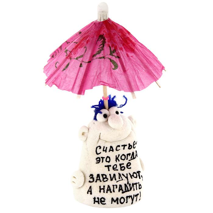 Фигурка декоративная Счастье это когда тебе завидуют...93129Декоративная фигурка ручной работы выполнена из материала мукосоль - соленого теста. Фигурка в виде забавного человечка украшена бумажным зонтиком и надписью: Счастье - это когда тебе завидуют, а нагадить не могут! Такая фигурка будет радовать глаз и послужит отличным подарком для каждого. Характеристики: Материал: мукосоль, дерево, бумага. Высота фигурки (с зонтиком): 11 см. Размер упаковки: 5 см х 12,5 см х 4 см. Артикул: 93129.