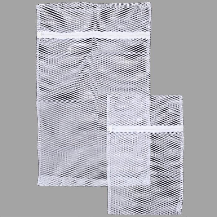 Набор мешков для стирки Metaltex, цвет: белый, 2 шт40.53.95В набор Metaltex входят два мешка на застежке-молнии разного размера. Они выполнены из синтетической ткани (нейлон) белого цвета. Мешки предназначены для бережной стирки, отжима и сушки светлых вещей в автоматических стиральных машинах. Они предотвращают деформацию тонкого и трикотажного материала, сохраняют форму детского и деликатного белья, а также исключает попадание мелких вещей и предметов во внутренние части стиральной машины. Характеристики: Материал: нейлон. Размер большого мешка: 47 см х 75 см. Размер малого мешка: 32 см х 47 см. Цвет: белый. Производитель: Италия. Изготовитель: Китай. Артикул: 40.53.95.