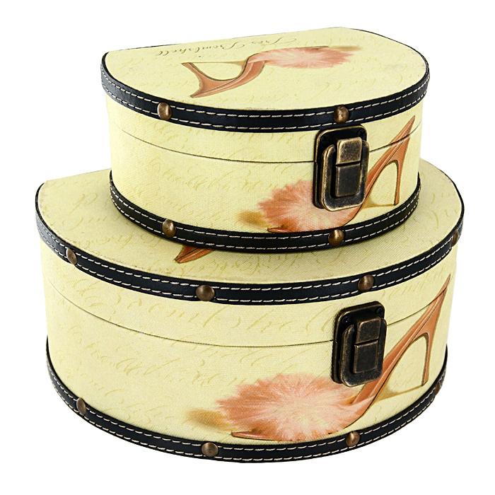 Набор шкатулок Roura Decoracion, 2 шт. 34551UP210DFНабор Roura Decoracion состоит из 2 оригинальных шкатулок разных размеров.Каждая шкатулка представляет собой деревянный сундучок светло-желтого цвета, отделанный искусственной кожей с рисунком в виде туфельки. Шкатулки надежно закрываются на металлический замок.Набор шкатулок Roura Decoracion, непременно, понравится всем любительницам изысканных вещей. В шкатулках можно хранить памятные предметы, документы или любые другие мелочи.Сочетание оригинального дизайна и функциональности делает набор шкатулок Roura Decoracion практичным и стильным подарком и предметом гордости его обладательницы. Характеристики: Материал: МДФ, кожзаменитель, металл.Размер большой шкатулки: 17 см x 21 см x 9,5 см.Размер малой шкатулки: 15,5 см x 12 см x 6,5 см.Размер упаковки: 22 см x 19 см x 10 см.Производитель:Испания. Артикул:34551.