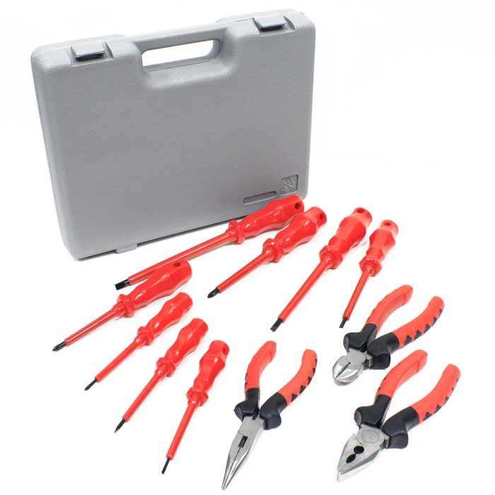 Набор инструментов Herz, 11 предметов. HZ-482HZ-482 Набор инструментовНабор инструментов Herz включает: комбинированные плоскогубцы, диагональные плоскогубцы, длинногубцы и восемь отверток. Инструменты набора выполнены из углеродистой стали. Набор вложен в пластиковый кейс. Каждый предмет надежно крепится в определенном положении благодаря особым выемкам . Характеристики: Материал: сталь, резина, пластик. Размер упаковки: 30,5 см х 23,5 см х 6 см. Производитель: Германия. Изготовитель: Китай. В набор входит: Плоскогубцы комбинированные - 1 шт. Размер: 6. Плоскогубцы диагональные - 1 шт. Размер: 6. Длинногубцы - 1 шт. Размер: 6. Отвертка - - 5 шт. Размер: 2,5*75 мм; 3,5*75 мм; 4*100 мм; 5,5*125 мм; 6,5*150 мм. Отвертка + - 3 шт. Размер: PH0*75 мм; PH1*80 мм; PH2*100 мм.