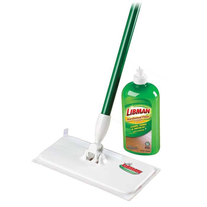 Набор Libman для уборки пола, 2 предмета02048Набор Libman для уборки пола в коробке включает в себя: швабру-полотер, состоящую из металлической рукоятки, на которой имеется наконечник для подвешивания, с помощью которого швабра будет занимать мало места, и насадки из микрофибры, которая отлично впитывает воду, легко справляется с загрязнениями, моющую жидкость во флаконе. Жидкость с ароматом цитруса предназначена для нанесения непосредственно на пол, растирается полотером, очищает поверхность и придает блеск. Особенно рекомендуется для паркета или ламината. Характеристики: Материал: пластик, полиамид, металл, моющая жидкость. Ширина насадки: 28 см х 13 см. Длина ручки: 140 см. Объем моющей жидкости: 709 мл. Производитель: США. Артикул: 02048. Компания Libman основана в 1896 году выходцем из Латвии Вильемом Либманом, задавшимся целью создавать высококачественные и долговечные изделия для уборки - веники, из сельскохозяйственных отходов и стеблей сорго....