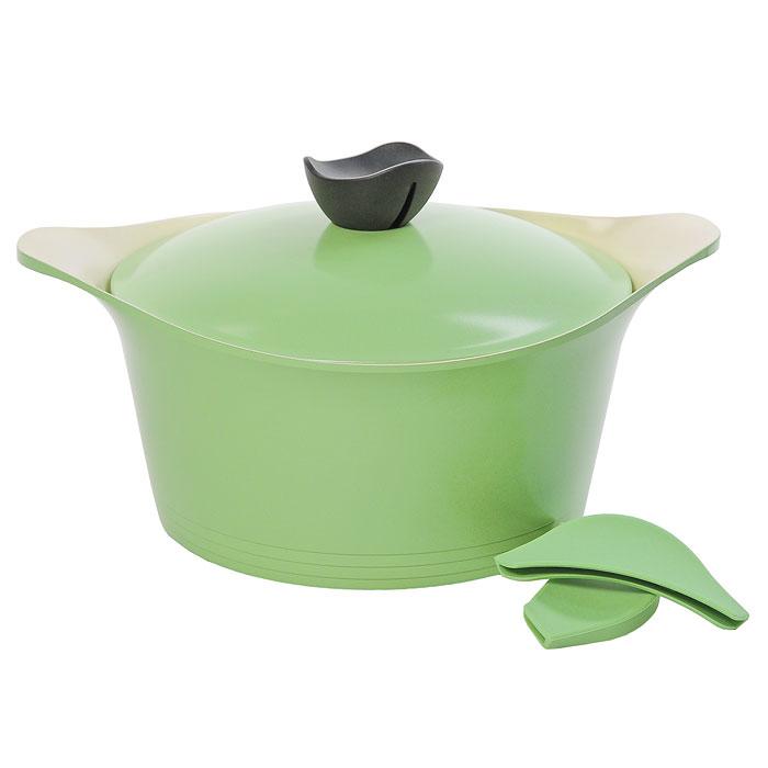 Кастрюля Frybest Ever Green с крышкой, 4,5л, цвет:зеленый, светлое внутреннее покрытие. GRCY-C24GRCY-C24Практичная и удобная кастрюля Frybest Ever Greent прекрасно подойдет приготовления различных каш, супов, соусов и других вкусных блюд. Кастрюля изготовлена из высококачественного литого алюминия с керамическим покрытием Ecolon как внутри, так и снаружи. Это покрытие является экологичным, так как состоит только из натуральных компонентов, таких как камень и песок. Благодаря этому в процессе приготовления пищи посуда не выделяет вредные вещества. Инновационное антипригарное покрытие позволяет готовить практически без масла и предохраняет продукты от пригорания. Слой анионов (отрицательно заряженных ионов) обладает антибактериальными свойствами. Они намного дольше сохраняют приготовленную пищу свежей. Также покрытие обладает непревзойденной прочностью и устойчивостью к царапинам, поэтому во время готовки можно использовать металлические аксессуары. Благодаря такому покрытию кастрюлю легко мыть после использования. Кастрюля имеет специальное утолщенное дно для идеальной...