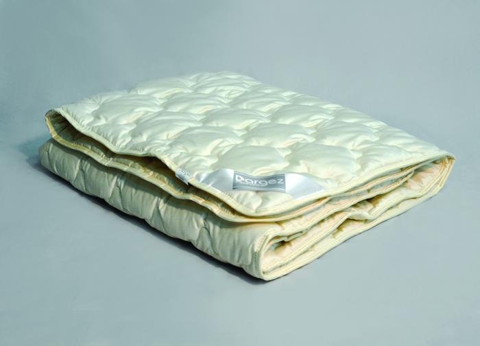 Одеяло Dargez Акапулько, легкое, шерстяное, цвет: светло-бежевый, 140 см х 205 см22(37)39Одеяло Dargez Акапулько представляет собой чехол из сатина гладкокрашеного (100% хлопок) с наполнителем шерсти альпака. Шерсть альпака - легкая, тонкая, мягкая, с шелковистым блеском и по своим основным характеристикам обладающая антиаллергенными, противовоспалительными и ранозаживляющими свойствами. Оделяло Dargez Акапулько  создано специально для тех, кто ценит здоровый сон. Сатиновый чехол декорирован эксклюзивным жаккардовым рисунком пастельного цвета. Одеяло вложено в пластиковую сумку-чехол зеленого цвета на застежке-молнии, а специальная ручка делает чехол удобным для переноски. Одеяло коллекции Акапулько доставит вам незабываемые ощущения, обеспечивая комфортный и сладкий сон на протяжении длительных ночей. Размер одеяла: 140 см х 205 см. Масса наполнителя: 300 г/кв.м.