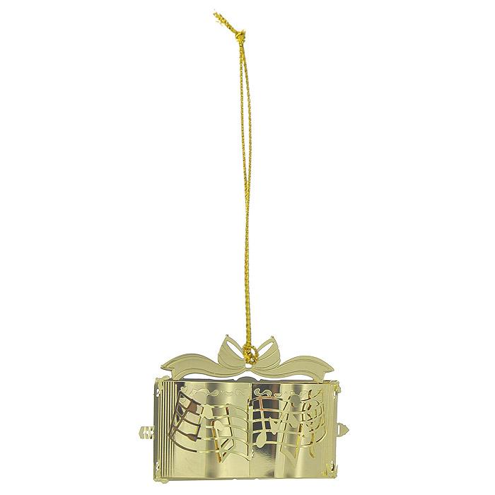 Новогоднее подвесное украшение Нотная тетрадь, цвет: золотистый. 2506509840-20.000.00Новогоднее подвесное украшение Нотная тетрадь, выполненное из золотистого металла, украсит интерьер вашего дома или офиса в преддверии Нового года. Оригинальный дизайн и красочное исполнение создадут праздничное настроение. Новогодние украшения всегда несут в себе волшебство и красоту праздника. Создайте в своем доме атмосферу тепла, веселья и радости, украшая его всей семьей. Характеристики:Материал:металл. Размер украшения:7 см х 3,5 см х 5 см. Размер упаковки:8 см х 4 см х 6,5 см. Изготовитель:Китай. Артикул:25065.
