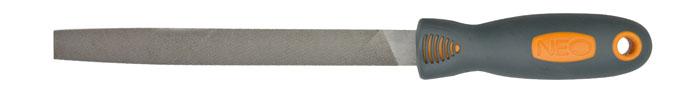 Напильник по металлу Neo, плоский37-022Напильник по металлу Neo с личной насечкой изготовлен из высококачественной инструментальной стали. Эргономичная двухкомпонентная ручка, будет удобна при работе с инструментом и не позволит ему выскользнуть из рук. Характеристики: Материал: сталь, пластик, резина. Длина напильника: 20 см. Длина ручки: 12 см. Размер упаковки: 36 см х 4,5 см х 3 см.