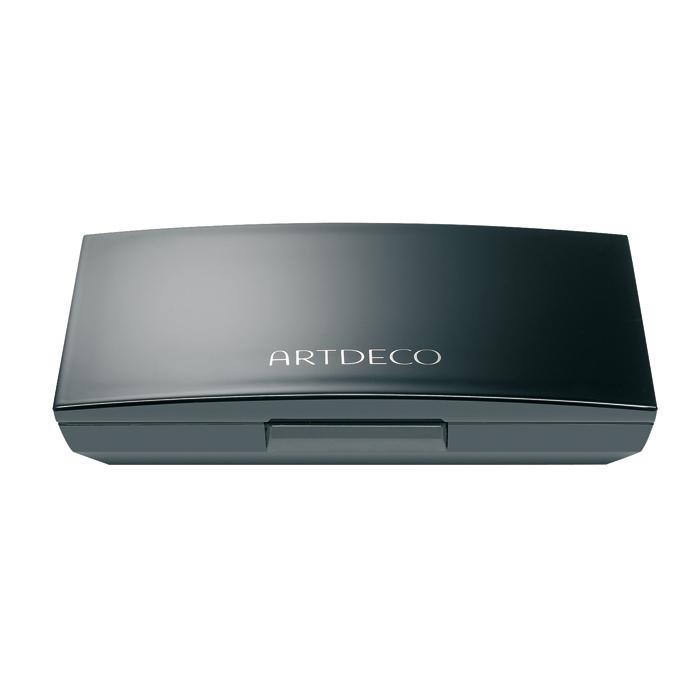 Artdeco Футляр для теней и румян Beauty Box Quattro, 40 г5140Магнитный футляр Artdeco Beauty Box Quattro обладает оригинальной системой косметической мозаики. Создайте свою собственную палитру для макияжа! Магнитная основа футляра позволяет очень легко без специального инструмента менять и комбинировать по-новому блоки теней и румян. В этом футляре вы можете хранить 4 оттенка теней или комбинировать 1 оттенок теней и 1 оттенок румян. Футляр имеет большое удобное зеркало, есть место для аппликатора. Характеристики: Вес: 40 г. Размер футляра: 8,2 см х 5,4 см х 1,5 см. Размер упаковки: 8,5 см х 5,6 см х 1,5 см. Артикул: 5140. Производитель: Германия. Товар сертифицирован.