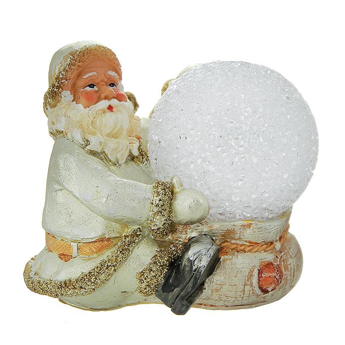 Фигурка-ночник Дед Мороз119606Декоративная фигурка-ночник Дед Мороз, выполненная из полистоуна, станет оригинальным украшением интерьера. Фигурка представляет собой поставку, на которой расположен Дед Мороз с ночником в виде прозрачного шара. Ночник оснащен светодиодной лампочкой, которая мигает разными цветами: синим, красным, фиолетовым, зеленым и желтым. Вы можете поставить фигурку-ночник в любом месте, где она будет удачно смотреться, и радовать глаз. Кроме того, декоративная фигурка-ночник - отличный вариант подарка для ваших близких и друзей. Характеристики: Материал: полистоун, металл. Размер фигурки-ночника: 10 см х 7,5 см х 9,5 см. Размер упаковки: 14,5 см х 11 см х 14 см. Производитель: Китай. Артикул: 119606. Работает от 1 батарейки типа AG3 (комплектуется демонстрационной).