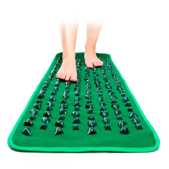 Массажная дорожка длинная GREEN MAT15032027Массажная дорожка GREEN MAT длиной 173 см.Рефлексология - естественный, эффективный и безопасный способ профилактики заболеваний, основанный на массаже важных биологически активных точек на стопах ног, обеспечивающем согласованную и правильную работу всех органов человека. Тысячелетиями этот метод с успехом применяется в медицинской практике многих народов мира, достигших в этой области необычайных высот.Известно, как полезно ходить босыми ногами по земле, камням, морской гальке, а массажный коврик позволяет получить тот же эффект не выходя из дома. Благодаря рифленой поверхности, он обеспечивает массаж стоп, способствует укреплению голеностопного сустава и предотвращает появление и развитие плоскостопия у детей. Массажный коврик эффективен при профилактике варикозного расширения вен, артроза и артрита. Регулярное его использование уменьшает боли, связанные с застарелыми мозолями и шипами у взрослых, спадают отеки ног, возникает приятное ощущение легкости, прилив сил, повышаются иммунитет и просто жизненный тонус.Массаж с помощью коврика, имитирующего морскую гальку, не только чрезвычайно полезен, но и необыкновенно приятен и удобен. Специально разработанное покрытие создает чудесное состояние полного единения с природой. Для использования коврика в домашних условиях достаточно просто расстелить его на полу и несколько минут в день походить по нему босыми ногами, просто постоять, попереминаться с ноги на ногу. Вы будете приятно удивлены полученным эффектом!Сам по себе массажный коврик очень прост, и в то же время гениален и эффективен по своему благотворному, общеукрепляющему воздействию на организм. Поэтому он завоевал огромную популярность у миллионов людей во всем мире и, безусловно, может быть рекомендован для использования в каждом доме и в каждой семье.