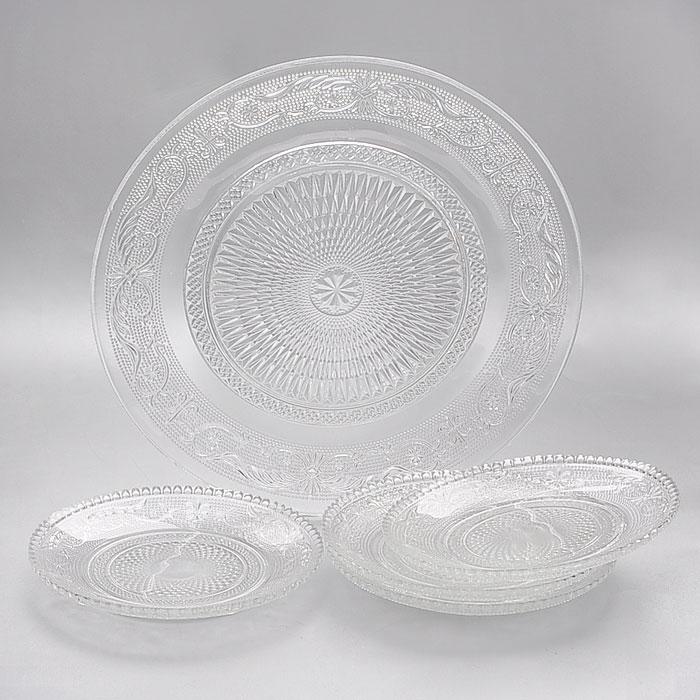 Набор тарелок Lillo, 5 штGL2053Набор Lillo состоит из одной большой тарелки и четырех маленьких тарелок, предназначенных для красивой сервировки различных блюд. Изделия выполнены из высококачественного стекла и декорированы рельефным узором. Тарелки сочетают в себе изысканный дизайн с максимальной функциональностью. Оригинальность оформления придется по вкусу и ценителям классики, и тем, кто предпочитает утонченность и изящность. Набор тарелок Lillo послужит отличным подарком к любому празднику. Характеристики: Материал: стекло. Диаметр большой тарелки: 25 см. Диаметр маленькой тарелки: 14,5 см. Размер упаковки: 25,5 см х 25 см х 6,5 см. Артикул: GL2053.
