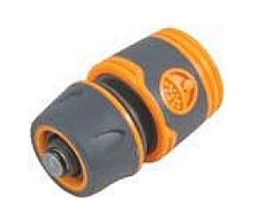 Соединитель для шлангов FIT, с автостопом, 3/477744Соединитель FIT, с автостопом применяется для быстрого и надежного соединения поливочных шлангов с любой насадкой поливочной системы. Совместим со всеми элементами аналогичной поливочной системы. Клапан автостоп автоматически прекращает подачу воды, при отсоединении насадки. Характеристики: Материал: ABS пластик с прорезиненными вставками. Размеры прибора: 6 см х 4,5 см х 4,5 см. Размер упаковки: 12 см х 9 см х 5 см.